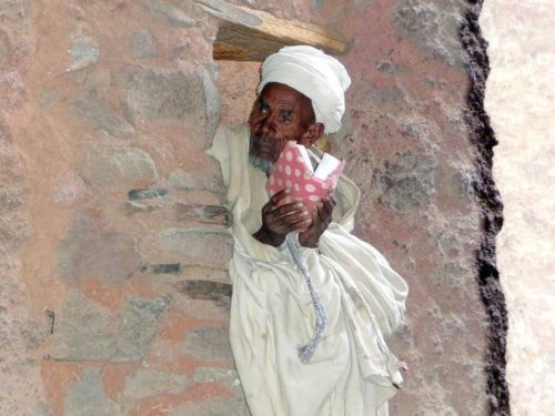 Prêtre dans une église taillée dans le roc à Lalibela, Ethiopie