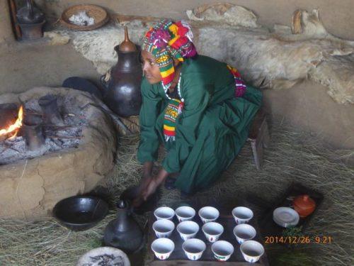 Femme éthiopienne exécutant la cérémonie du café