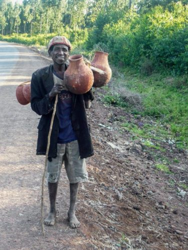 Homme portant des jarres dans la région du café de Sidamo, Éthiopie du Nord