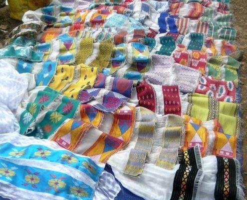 Foulards multicolores sur un marché local éthiopien