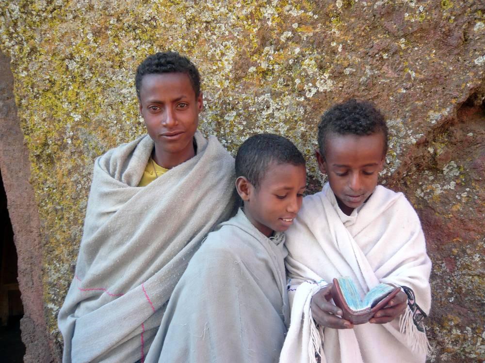 Jeunes garçons dans une église troglodyte de Lalibela, Ethiopie