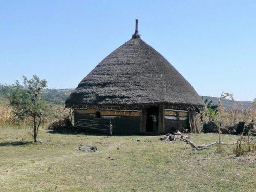 Maison peinte dans un village Halaba, vallée du Rift, Éthiopie