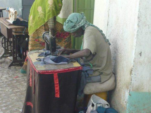 Homme piquant à la machine à Harar, Ethiopie
