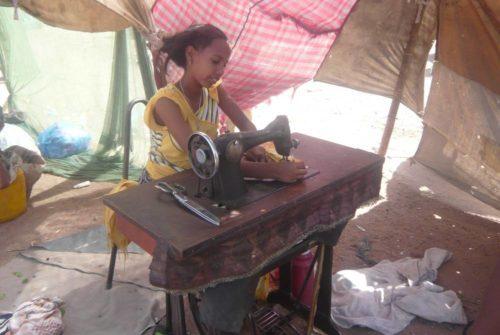 Femme piquant à la machine sur le marché de Dire Dawa, Ethiopie