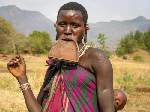 Femme à plateau de la tribu Surma dans le parc national de l'Omo, Ethiopie